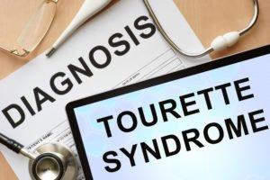 Tisch mit Arztutensilien und Tablett mit der Diagnose Tourette