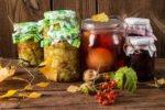 eingekochtes Obst auf hölzernem Grund