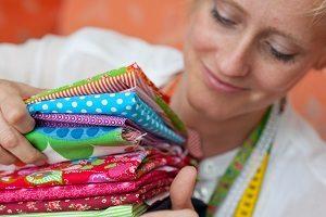 Frau hält mehrere Stoffe