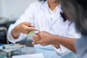 hautaerztin untersucht ein ekzem an der hand