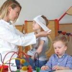 Erzieherin leistet erste Hilfe am Kind