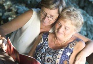 Zwei Schwestern verbringen zusammen Zeit
