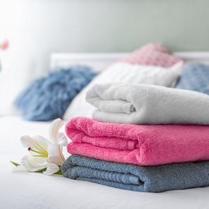 stapel frisch gewaschener handtuecher