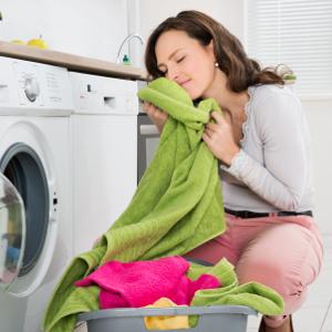 frau mit frisch gewaschener waesche