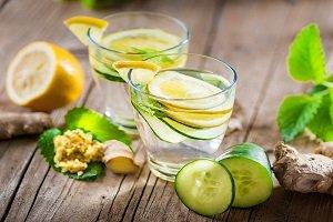 Wasser mit Zitrone im Glas.