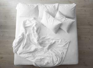 Bett mit weichen FederkissenBett mit weichen Federkissen