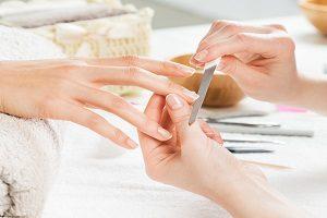 Maniküre von Fingernägeln.