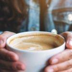 frau haelt kaffee