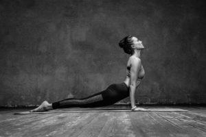 Junge Frau macht Yoga