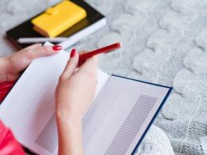 Frau schreibt Einkaufsliste