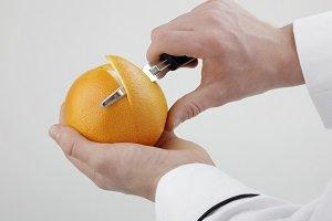 Schälen einer Orange.