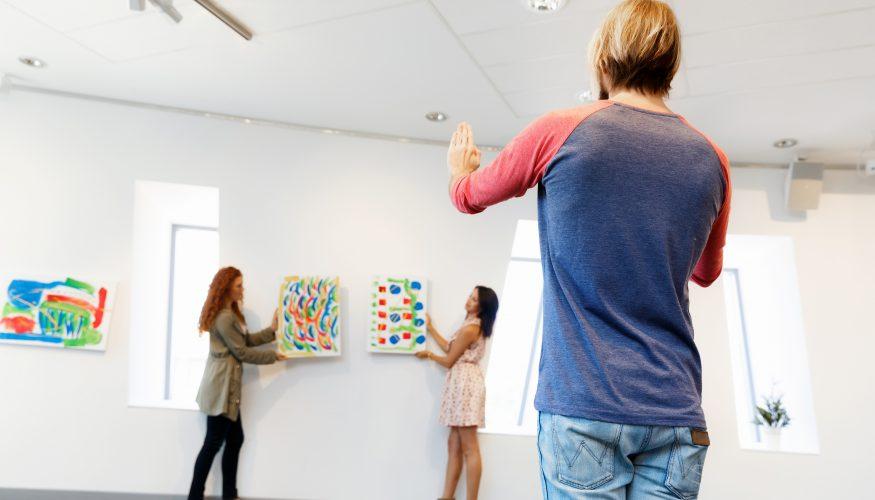 Gemälde richtig aufhängen und pflegen – Diese Punkte beachten