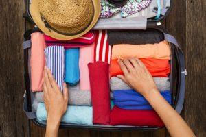 Koffer richtig packen mit gerollter Kleidung