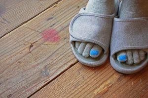 graue socken mit blauen zehen