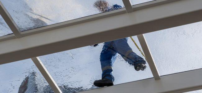 Glasdach reinigen: So gelingt es bei Wintergarten, Terrasse & Co.