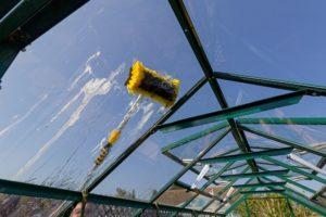 ein wischer auf einem glasdach