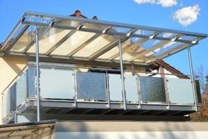 ein mit glas ueberdachter balkon
