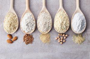 fuenf verschiedene glutenfreie mehlsorten auf loeffeln
