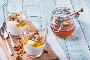 griechischer joghurt mit honig und nuessen in einem glas
