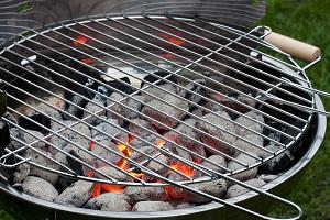 Grill mit Kohle und Glut.