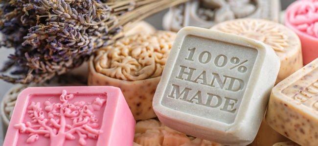 Seife selbst herstellen: So ist die DIY-Seife schnell selbstgemacht