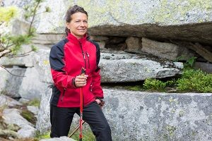 Frau betreibt Nordic Walking