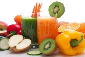 Zwei Smoothies, drum herum viel Obst und Gemüse