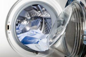 hemden liegen in der trommel einer waschmaschine