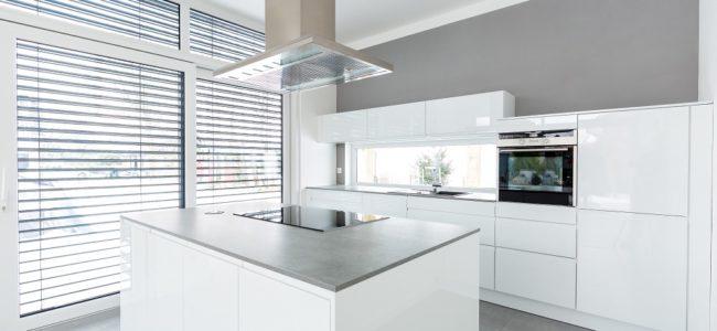 Hochglanz Küche reinigen: Das sollten Sie bei Reinigung und Pflege beachten