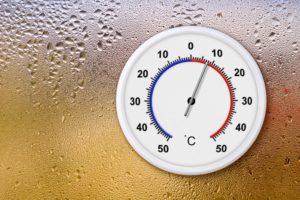 ein thermometer an einer beschlagenen scheibe