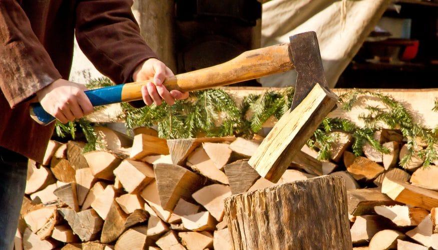 Holz mit der Axt spalten – Diese 5 Sicherheitsregeln gilt es zu beachten