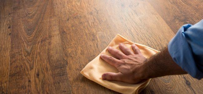 Holz polieren: Anleitung für glänzendes Holz