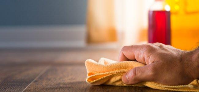 Holz reinigen: Hausmittel für jede Holz- und Fleckenart