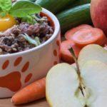 Futternapf mit Barf, Obst und Gemüse.