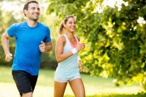 ein mann und eine frau beim joggen