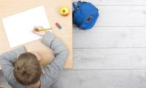 Junge macht seine Hausaufgaben