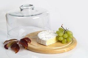 Käse unter einer Käseglocke.