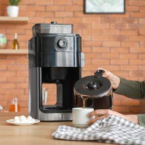 frau giesst sich kaffee ein