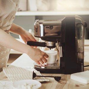 frau bereitet kaffee zu