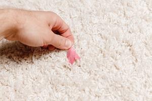 Kaugummi aus Teppich entfernen.