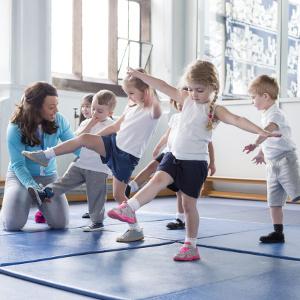 kinder mit lehrerin beim tanzen