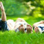 kinder liegen im gras
