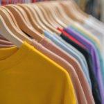 Kleidung hängt an Bügeln