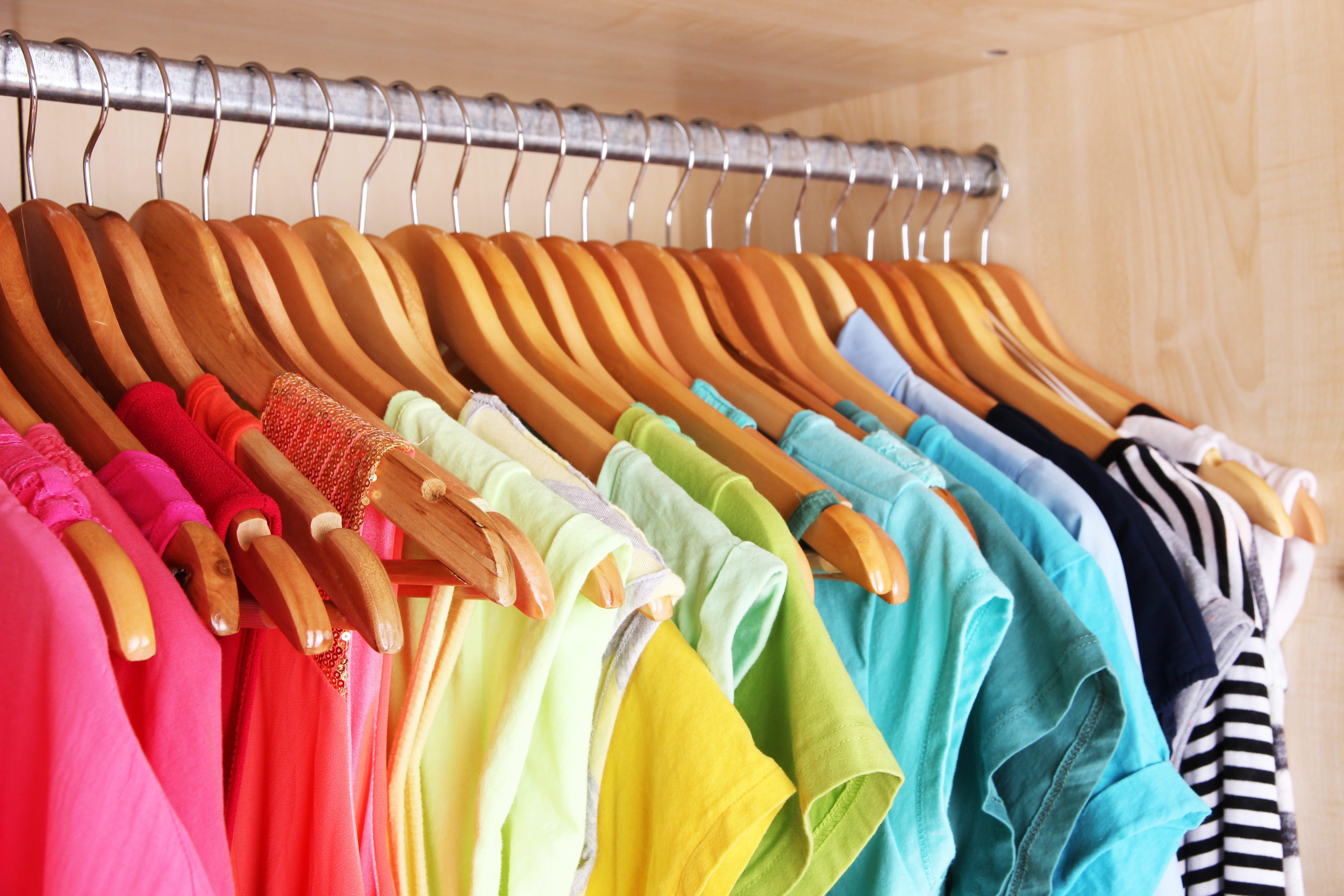 Kleider rutschen vom Bügel – 3 Tipps, die helfen
