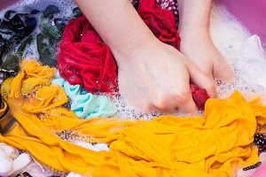 Kleidung waschen mit der Hand.