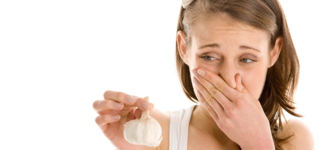 Knoblauchgeruch neutralisieren: Was hilft gegen eine Knoblauchfahne?