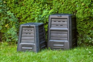 zwei Komposter im garten