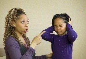 Frau schimpft konsequent mit der Tochter