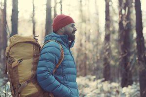 mann in kunstfaserjacke bei einer winterwanderung