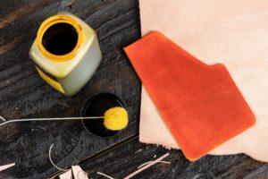 lederstuecke und farbe auf einem tisch